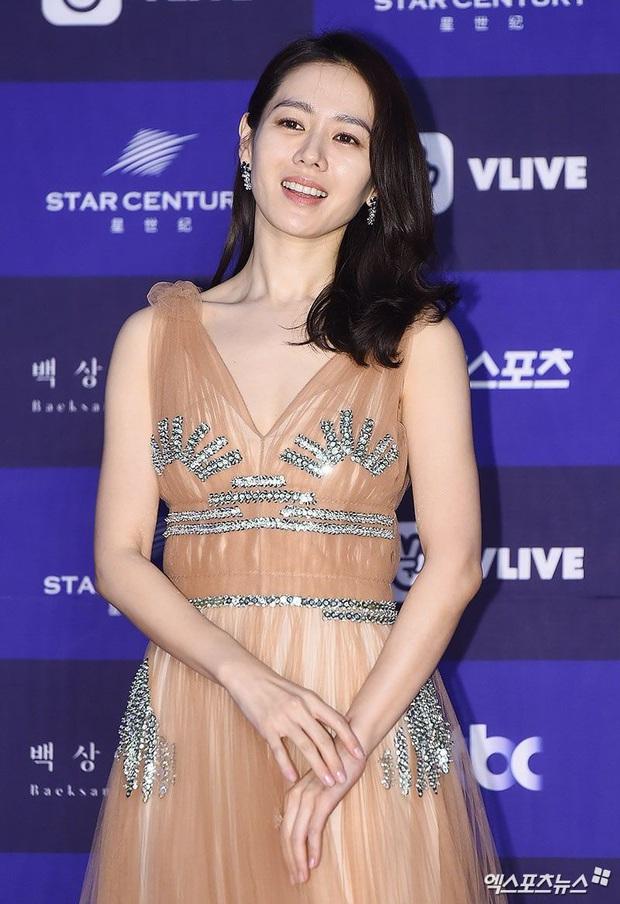 Style của Son Ye Jin trên thảm đỏ Baeksang qua các năm: Ngày càng nhạt màu nhưng độ sang trọng thì tăng theo cấp số nhân - Ảnh 9.