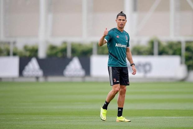 Ronaldo hóa thân thành anh chàng Aladdin 6 múi, cười tươi rói trong ngày sinh nhật hai thiên thần nhỏ đáng yêu - Ảnh 3.