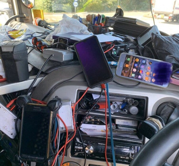 Tuýt còi xe tải vào kiểm tra, cảnh sát tá hoả khi thấy đống rác ngập ngụa che hết cả tầm nhìn trong buồng lái - Ảnh 2.