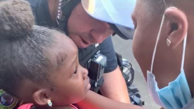 Cảm động hình ảnh chú cảnh sát ôm lấy bé gái da màu đang òa khóc giữa biểu tình sau khi nhận được câu hỏi gây ám ảnh - Ảnh 1.