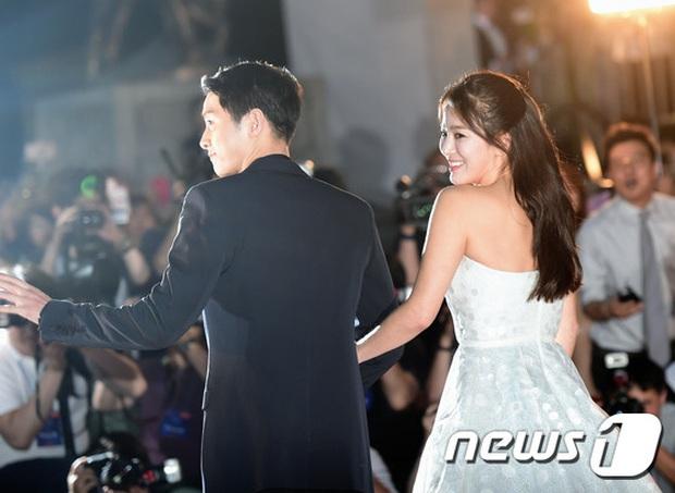 Cameraman tại Baeksang tự soi luôn tá hint của Hyun Bin - Son Ye Jin: Liếc qua liếc lại, sao đáng nghi quá? - Ảnh 9.