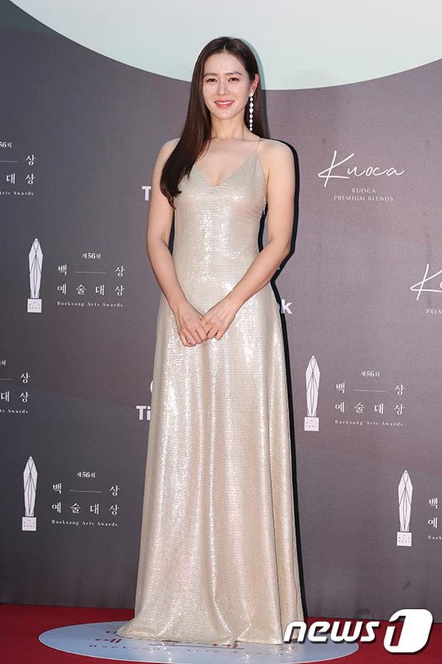 Siêu thảm đỏ Baeksang 2020: Son Ye Jin - Hyun Bin, Park Bo Gum - Suzy thái độ lạ, tiểu tam Thế giới hôn nhân lấn át cả IU, Seohyun - Ảnh 8.
