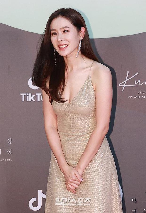 Siêu thảm đỏ Baeksang 2020: Son Ye Jin - Hyun Bin, Park Bo Gum - Suzy thái độ lạ, tiểu tam Thế giới hôn nhân lấn át cả IU, Seohyun - Ảnh 10.