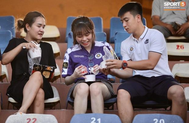 Huỳnh Anh diện áo Quang Hải, nổi bật trong dàn gái xinh cổ vũ trận Hà Nội gặp HAGL - Ảnh 3.