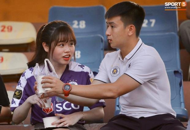Huỳnh Anh diện áo Quang Hải, nổi bật trong dàn gái xinh cổ vũ trận Hà Nội gặp HAGL - Ảnh 4.