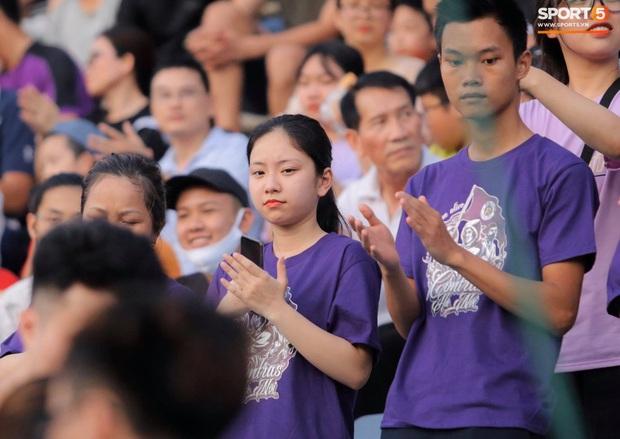 Huỳnh Anh diện áo Quang Hải, nổi bật trong dàn gái xinh cổ vũ trận Hà Nội gặp HAGL - Ảnh 5.