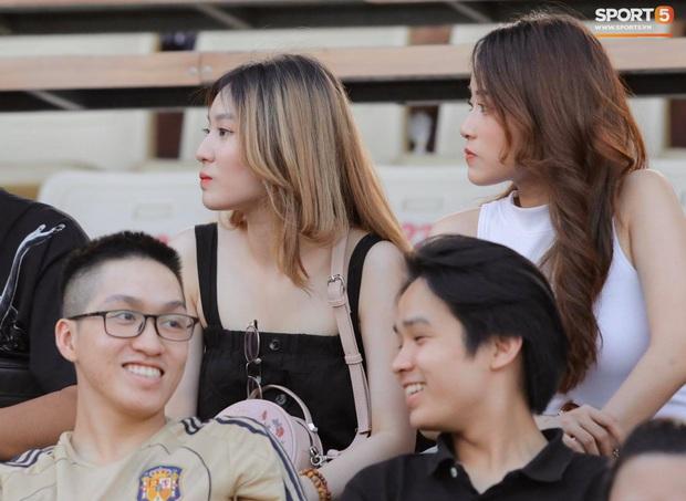 Huỳnh Anh diện áo Quang Hải, nổi bật trong dàn gái xinh cổ vũ trận Hà Nội gặp HAGL - Ảnh 7.
