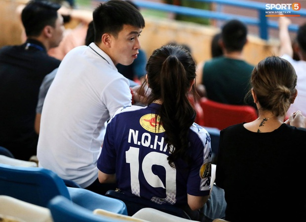 Huỳnh Anh diện áo Quang Hải, nổi bật trong dàn gái xinh cổ vũ trận Hà Nội gặp HAGL - Ảnh 2.