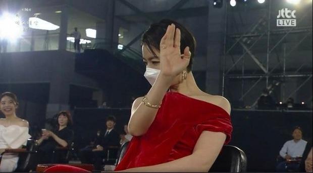 """Khoảnh khắc nữ diễn viên """"Reply 1997"""" chửi thề khi hụt giải tại Baeksang 2020 gây bão, nhưng sao Knet khó tính lại thích thú thế này? - Ảnh 3."""