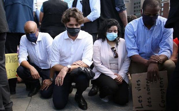 Thủ tướng Canada đeo khẩu trang, quỳ gối tham gia biểu tình chống nạn phân biệt chủng tộc - Ảnh 1.