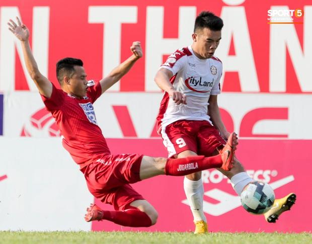 Cầu thủ Việt Nam học sao thế giới cách cực dị: Nằm sõng xoài ra sân ngăn cú đá phạt tinh quái - Ảnh 11.