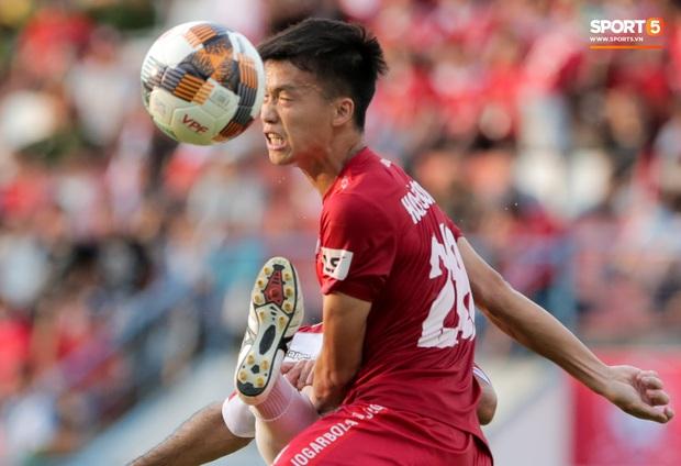Cầu thủ Việt Nam học sao thế giới cách cực dị: Nằm sõng xoài ra sân ngăn cú đá phạt tinh quái - Ảnh 8.