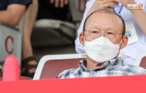 HLV Park Hang-seo gây chú ý khi mang bình nước hình chim cánh cụt đi xem bóng đá - Ảnh 2.