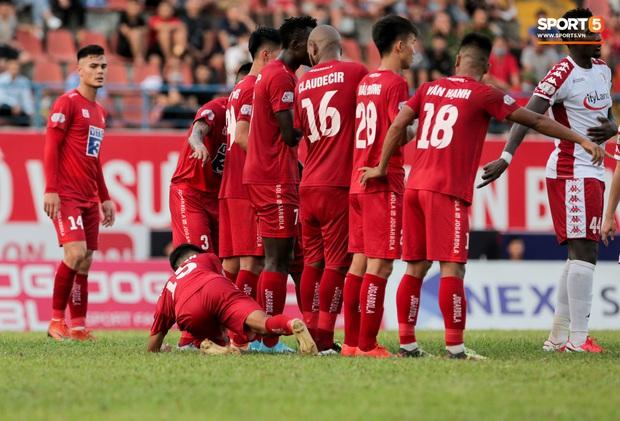 Cầu thủ Việt Nam học sao thế giới cách cực dị: Nằm sõng xoài ra sân ngăn cú đá phạt tinh quái - Ảnh 2.