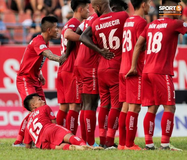 Cầu thủ Việt Nam học sao thế giới cách cực dị: Nằm sõng xoài ra sân ngăn cú đá phạt tinh quái - Ảnh 3.