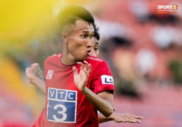Cầu thủ Việt Nam học sao thế giới cách cực dị: Nằm sõng xoài ra sân ngăn cú đá phạt tinh quái - Ảnh 4.