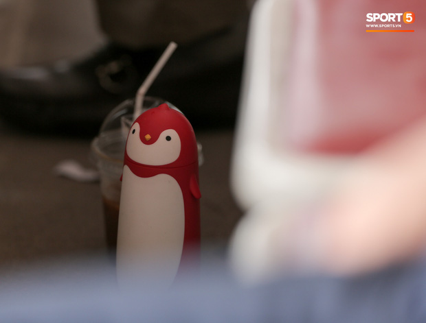 HLV Park Hang-seo gây chú ý khi mang bình nước hình chim cánh cụt đi xem bóng đá - Ảnh 3.