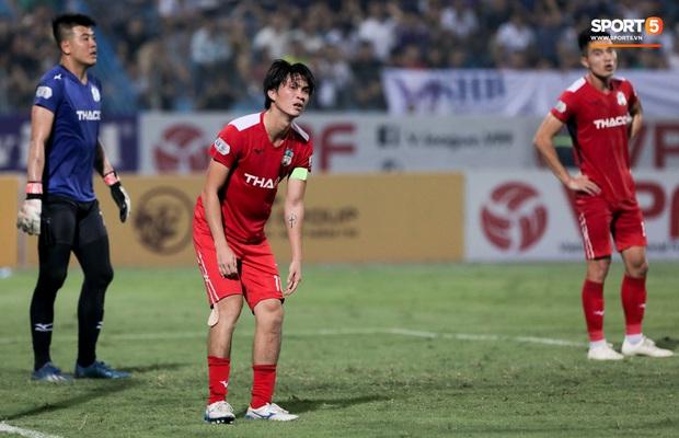 Tuấn Anh chán chường, mệt mỏi sau khi HAGL bị Hà Nội FC hành hạ suốt 90 phút - Ảnh 2.