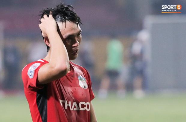 Tuấn Anh chán chường, mệt mỏi sau khi HAGL bị Hà Nội FC hành hạ suốt 90 phút - Ảnh 3.