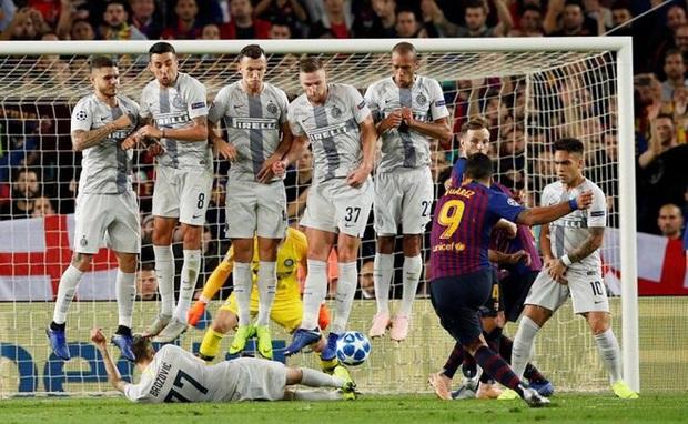 Cầu thủ Việt Nam học sao thế giới cách cực dị: Nằm sõng xoài ra sân ngăn cú đá phạt tinh quái - Ảnh 6.