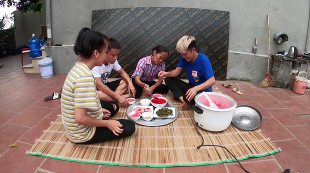 Sau nhiều lần bị ném đá vì dùng tay trần chế biến đồ ăn, con trai Bà Tân Vlog đáp trả một câu khiến dân tình nghe xong càng thấy vô lý hơn - Ảnh 1.