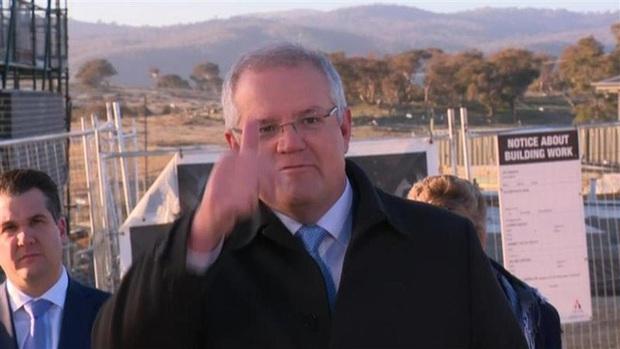 Dẫm lên bãi cỏ mới trồng, Thủ tướng Úc bị người dân nhắc nhở trên sóng truyền hình trực tiếp - Ảnh 3.