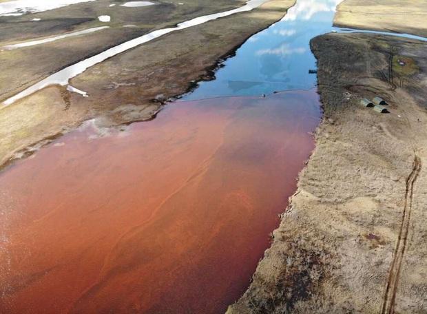 Dòng sông Bắc Cực bỗng nhuộm màu đỏ rực như máu, và lý do đằng sau sẽ khiến bạn cảm thấy đau lòng - Ảnh 2.