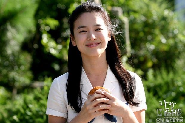 Nhìn lại những lần Song Hye Kyo mặc đồng phục, giản dị từ tóc tai đến makeup để thấy thế nào là nhan sắc đi vào huyền thoại - Ảnh 1.