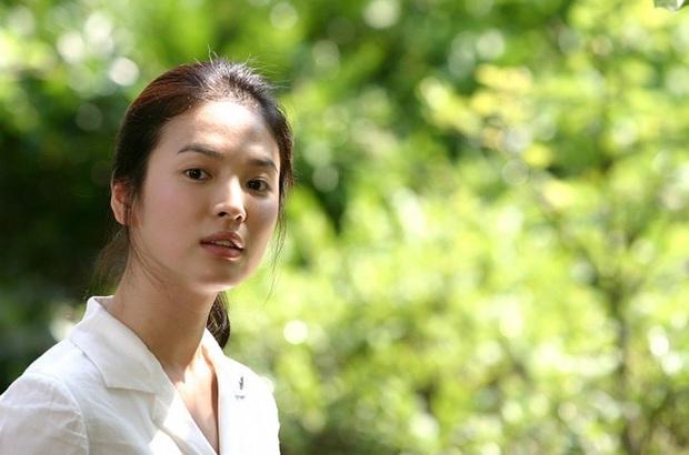 Nhìn lại những lần Song Hye Kyo mặc đồng phục, giản dị từ tóc tai đến makeup để thấy thế nào là nhan sắc đi vào huyền thoại - Ảnh 2.