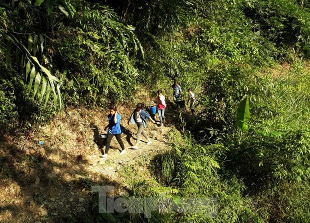 Hạn hán nghiêm trọng, học trò biên giới tan trường lại lặn lội vào rừng tìm nước - Ảnh 2.