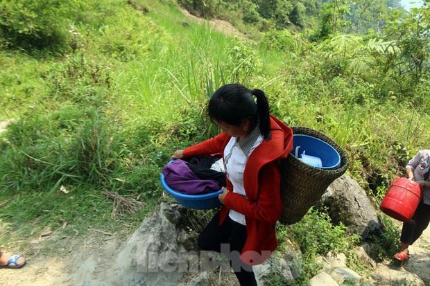 Hạn hán nghiêm trọng, học trò biên giới tan trường lại lặn lội vào rừng tìm nước - Ảnh 3.