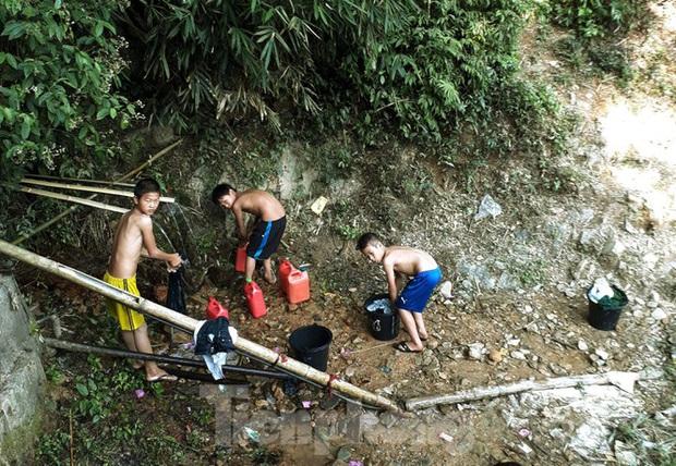 Hạn hán nghiêm trọng, học trò biên giới tan trường lại lặn lội vào rừng tìm nước - Ảnh 4.