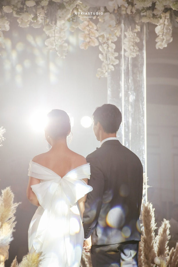 Điểm 10 hoàn mỹ dành cho bộ váy cưới của vợ Công Phượng: Thiết kế trễ vai nhẹ nhàng, tôn dáng cho cô dâu nhỏ nhắn - Ảnh 4.