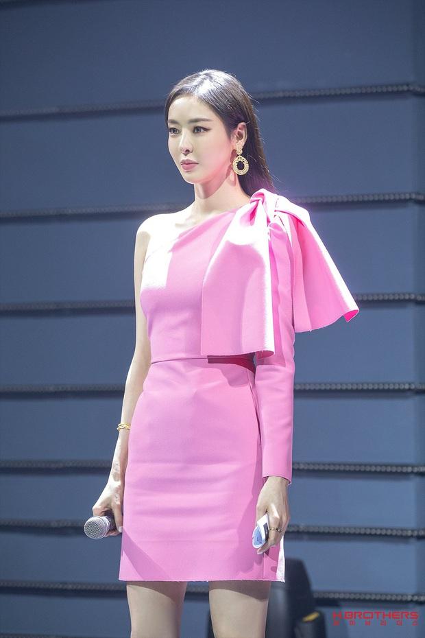 Dù cao hay thấp thì các sao Hàn đều xài chung một chiêu để trang phục tôn dáng, bảo sao nhìn ai cũng dáng đẹp nuột nà - Ảnh 4.