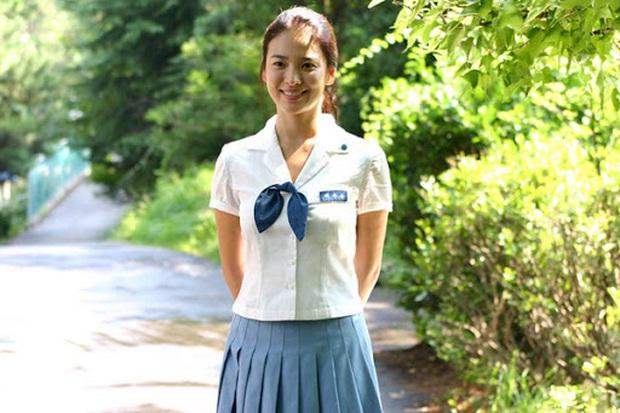 Nhìn lại những lần Song Hye Kyo mặc đồng phục, giản dị từ tóc tai đến makeup để thấy thế nào là nhan sắc đi vào huyền thoại - Ảnh 4.