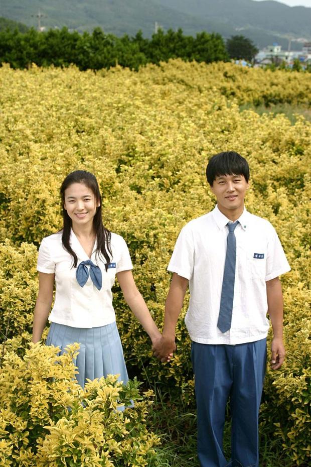 Nhìn lại những lần Song Hye Kyo mặc đồng phục, giản dị từ tóc tai đến makeup để thấy thế nào là nhan sắc đi vào huyền thoại - Ảnh 5.