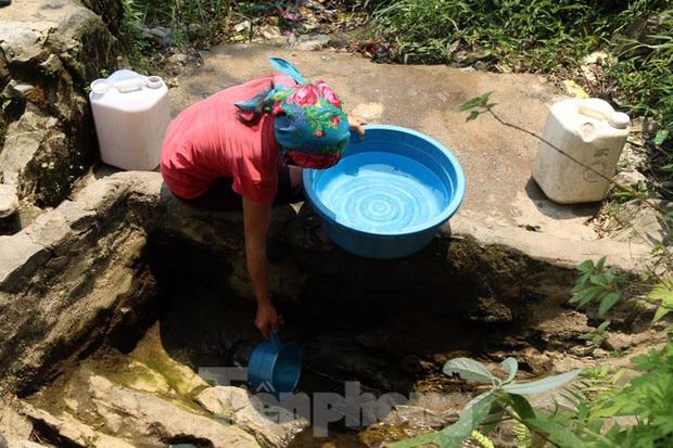 Hạn hán nghiêm trọng, học trò biên giới tan trường lại lặn lội vào rừng tìm nước - Ảnh 8.