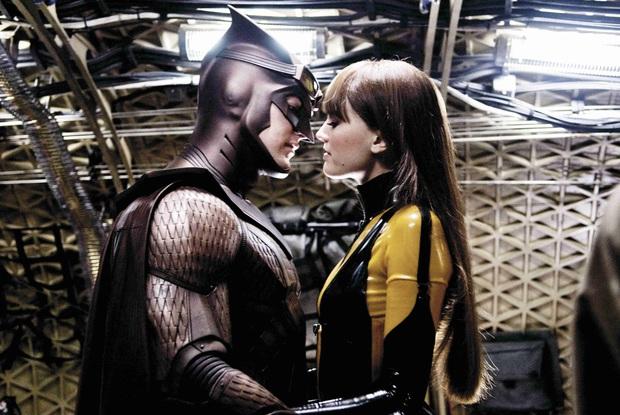 7 cảnh nóng đốt mắt của hội siêu anh hùng: Hết màn thay đồ của Harley Quinn đến chuyện tình kinh dị Deadpool - Ảnh 7.
