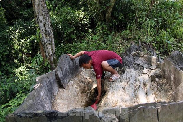 Hạn hán nghiêm trọng, học trò biên giới tan trường lại lặn lội vào rừng tìm nước - Ảnh 9.