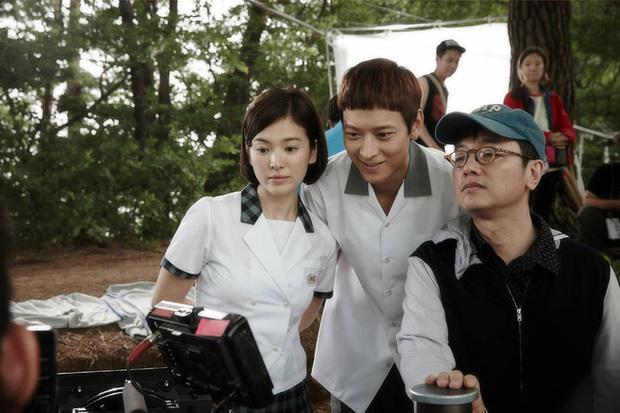 Nhìn lại những lần Song Hye Kyo mặc đồng phục, giản dị từ tóc tai đến makeup để thấy thế nào là nhan sắc đi vào huyền thoại - Ảnh 9.