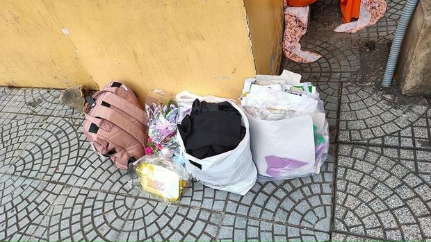 Ngán ngẩm cảnh học trò xả rác bừa bãi, vứt sách vở, quần áo ngổn ngang khi chụp kỷ yếu - Ảnh 3.