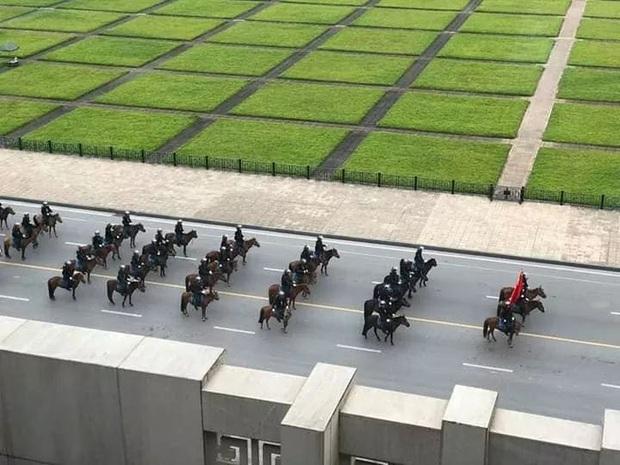 Bất ngờ với hình ảnh lực lượng Kỵ binh CSCĐ trước Lăng Bác  - Ảnh 2.