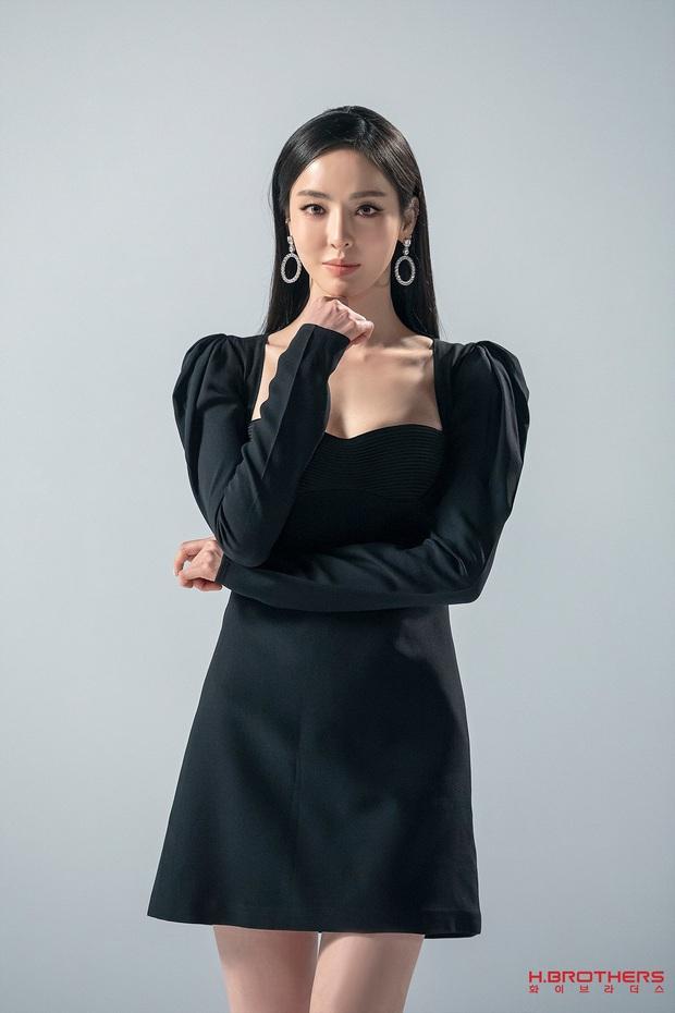 Cùng 1 chiếc váy, Jisoo khéo sửa để che chắn vòng 1 nhưng lại thua Lee Da Hee vì đôi chân cực phẩm không cần photoshop - Ảnh 1.