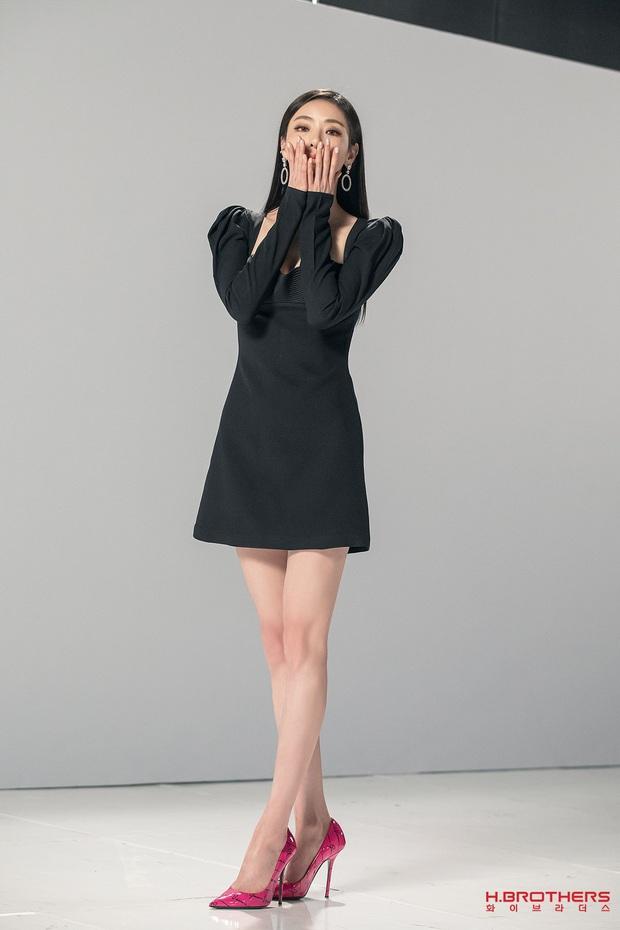 Cùng 1 chiếc váy, Jisoo khéo sửa để che chắn vòng 1 nhưng lại thua Lee Da Hee vì đôi chân cực phẩm không cần photoshop - Ảnh 2.