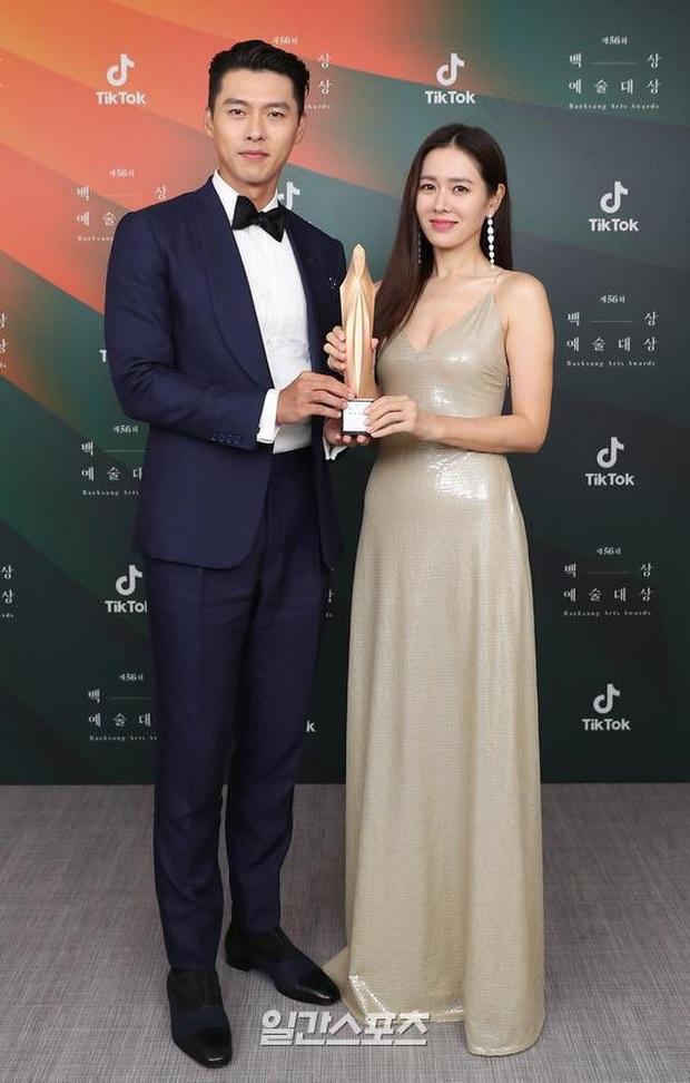 Ngoài ánh nhìn tình tứ, Son Ye Jin và Hyun Bin còn bị netizen khui chuyện cố ý mặc đồ hợp đôi với nhau tại Baeksang 2020? - Ảnh 3.