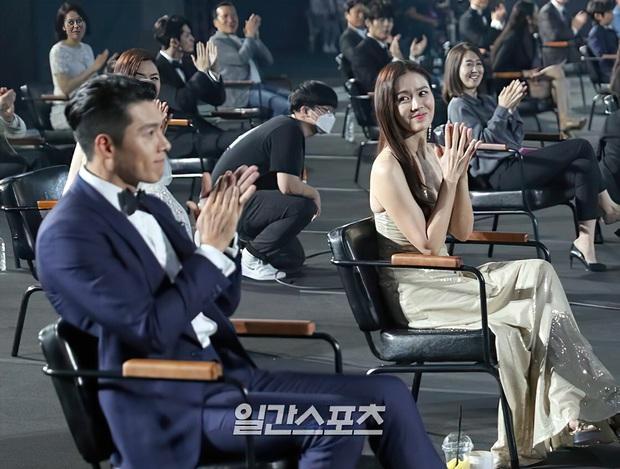 Ngoài ánh nhìn tình tứ, Son Ye Jin và Hyun Bin còn bị netizen khui chuyện cố ý mặc đồ hợp đôi với nhau tại Baeksang 2020? - Ảnh 4.