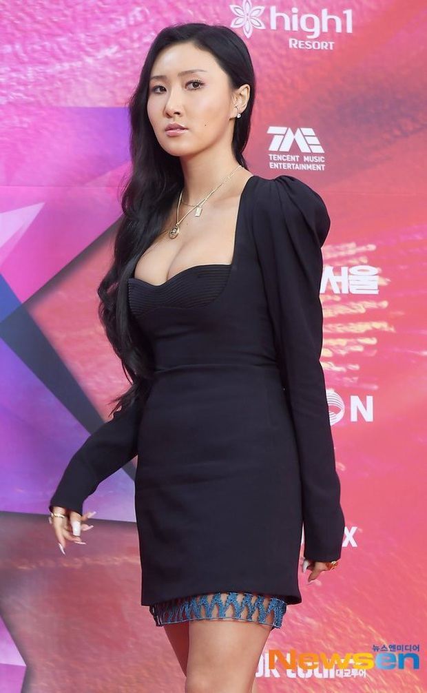 Cùng 1 chiếc váy, Jisoo khéo sửa để che chắn vòng 1 nhưng lại thua Lee Da Hee vì đôi chân cực phẩm không cần photoshop - Ảnh 7.
