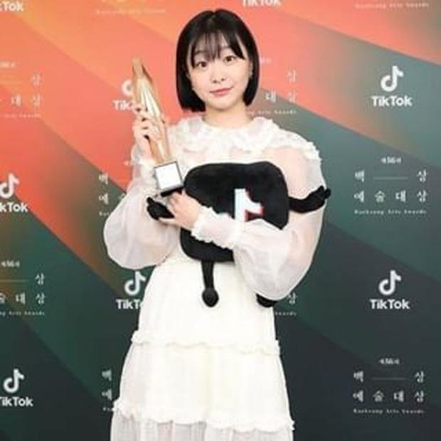 Điên nữ Kim Da Mi thắng Tân binh của năm ở giải Baeksang chỉ nhờ 1 phiếu bầu - Ảnh 9.
