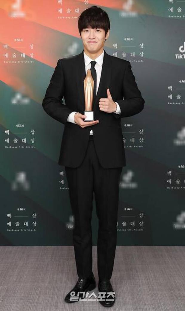 Điên nữ Kim Da Mi thắng Tân binh của năm ở giải Baeksang chỉ nhờ 1 phiếu bầu - Ảnh 3.