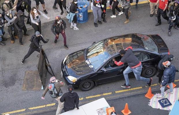 Bắt đối tượng lao xe và nổ súng vào người biểu tình ở Mỹ - Ảnh 1.